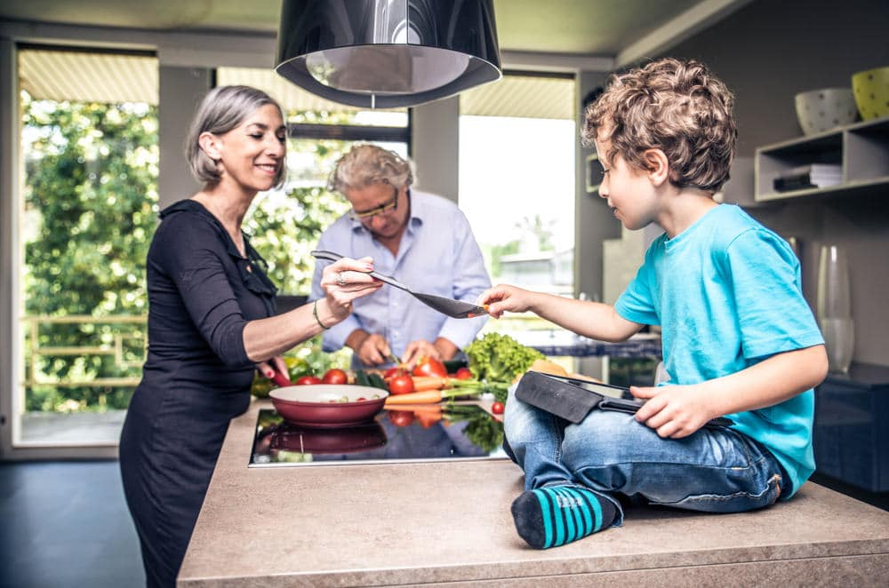 גברים ונשים אמידים עם משפחה